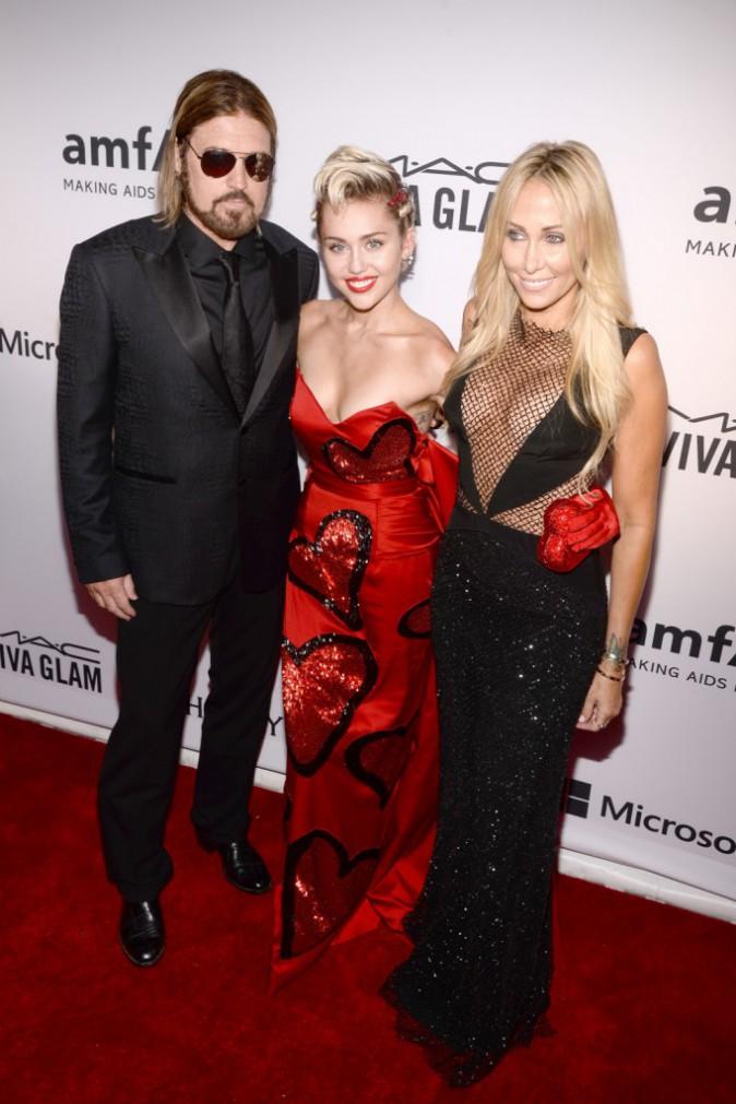 Miley Cyrus : Elle mixe le côté glamour et déjanté sur le tapis rouge !