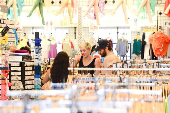 Miley Cyrus en sortie shopping avec ses amies à Los Angeles le 18 avril 2013