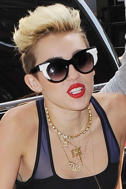 Elle ne quitte plus son rouge à lèvres rouge vif
