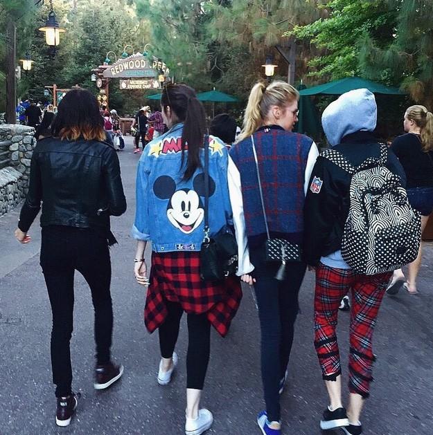 Miley Cyrus à Disneyland avec Stella Maxwell et des amies le 15 juillet 2015