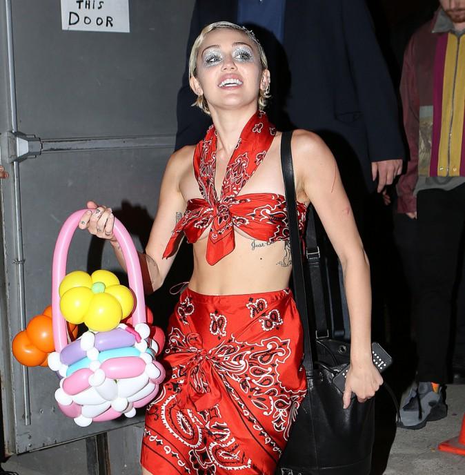 Photos : Miley Cyrus : seins à l'air et poils apparents, elle montre tout !