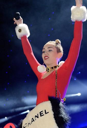 Photos : Miley Cyrus : sur scène, elle multiplie les tenues toujours plus échancrées !