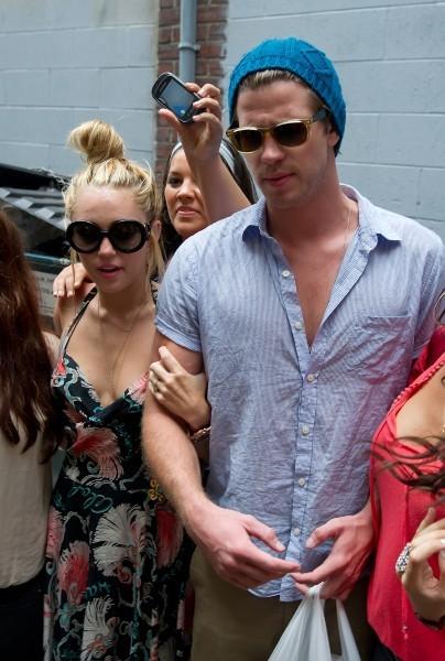 Miley Cyrus et Liam Hemsworth à Philadelphie, le 19 juillet 2012.