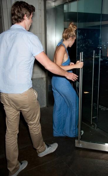 Miley Cyrus et Liam Hemsworth rentrant à leur hôtel à Philadelphie, le 18 juillet 2012.