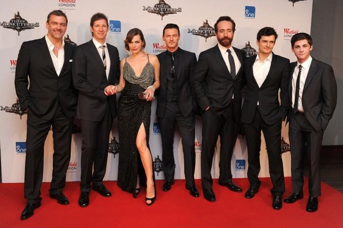 Ray Stevenson, Paul Anderson, Mila Jovovitch, Luke Evans, Matthew Macfadyen, Orlando Bloom et Logan Lerman lors de la première mondiale du film Les Trois Mousquetaires à Londres, le 4 octobre 2011.