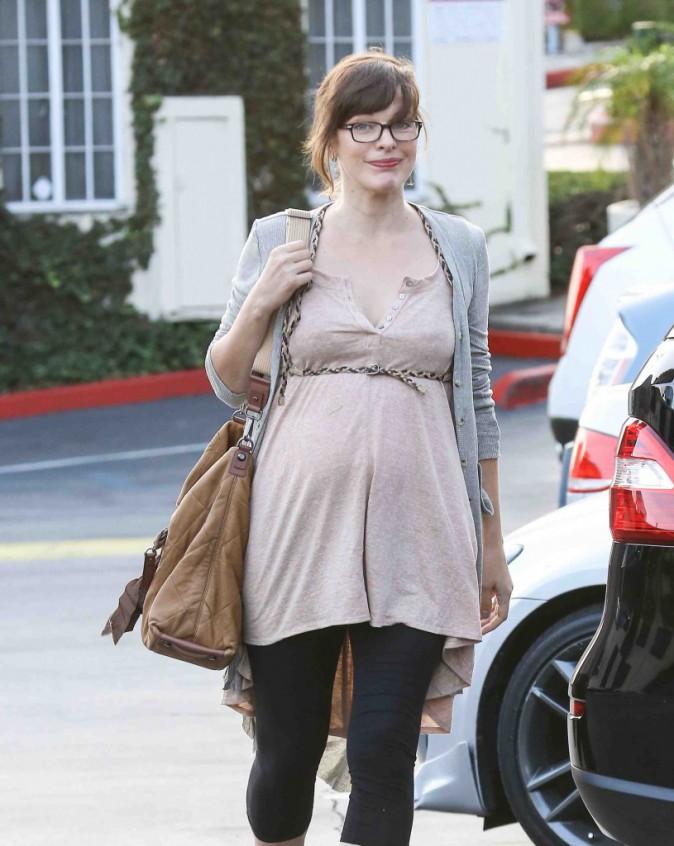 Milla Jovovich : elle s'entraîne déjà à avoir deux filles !
