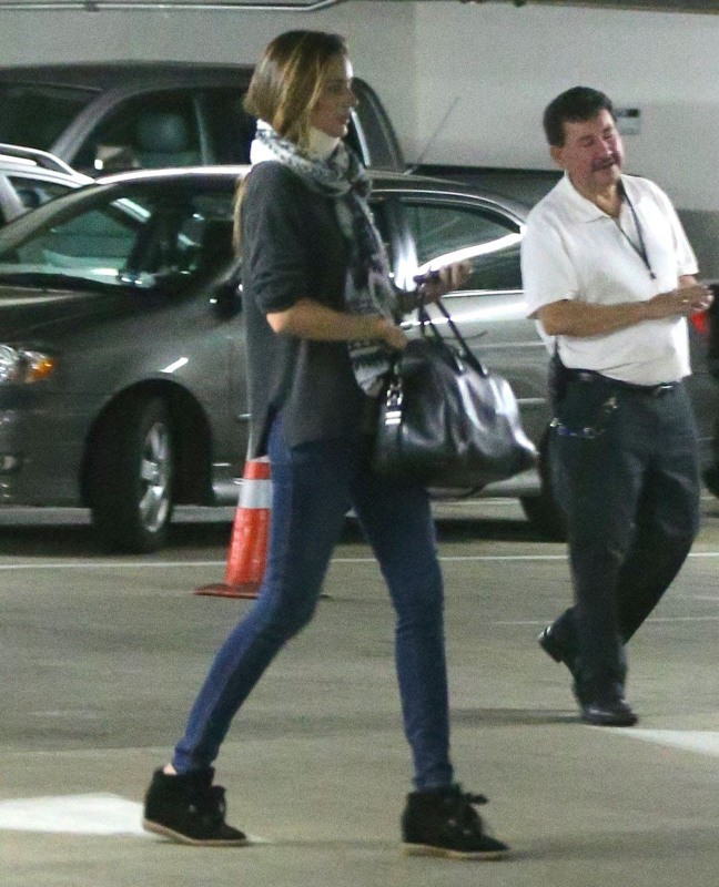 Miranda Kerr porte une minerve