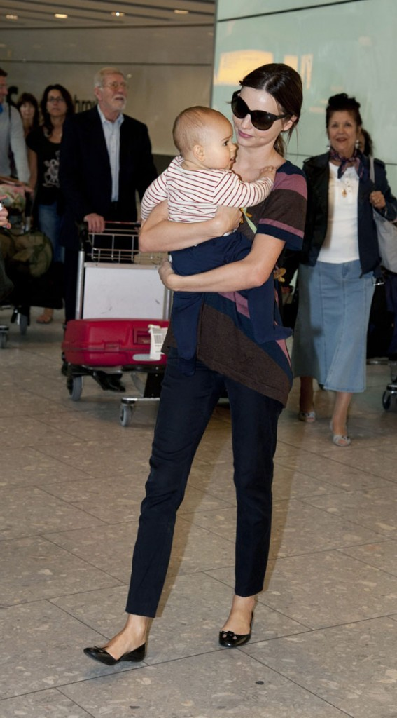 Miranda Kerr et Flynn à l'aéroport d'Heathrow hier