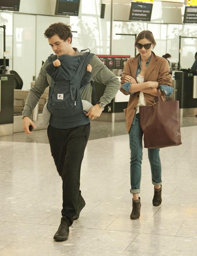 Miranda Kerr, Orlando Bloom et leur fils Flynn à l'aéroport d'Heathrow, le 12 octobre 2011.