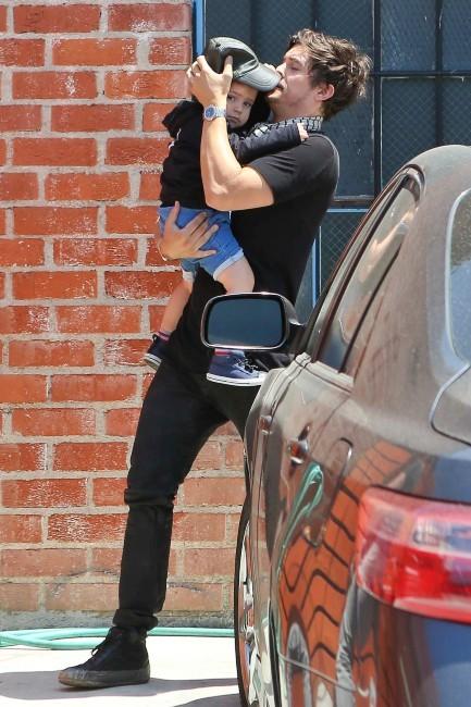 Orlando Bloom et son fils Flynn à Los Angeles, le 24 avril 2013.