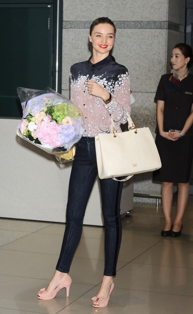 Miranda Kerr arrive en Corée du Sud, le 11 juin 2013.
