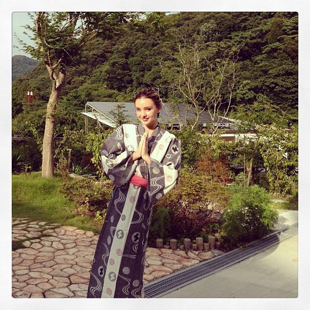 Miranda Kerr dans les sources chaudes japonaises !