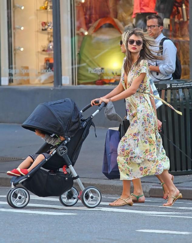 Miranda Kerr et son fils Flynn dans les rues de New York, le 11 juillet 2012.