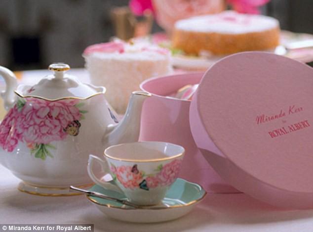 Le service à thé créé par Miranda Kerr en collaboration avec la marque Royal Albert.