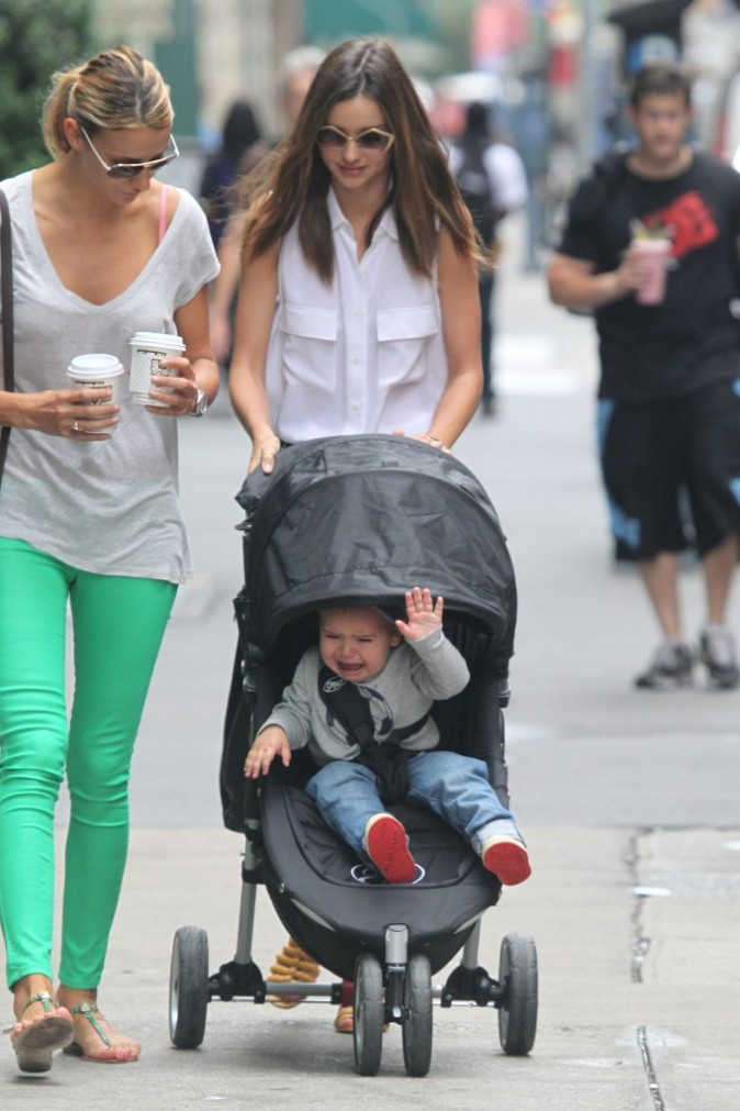 Miranda Kerr et son fils Flynn à New York, le 25 juin 2012.