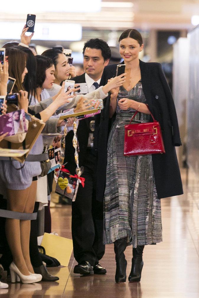 Photos : Miranda Kerr : une horde de fans japonais se jette sur elle à l'aéroport !