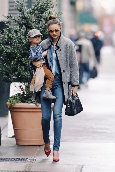 Miranda Kerr et son fils Flynn à New York, le 27 novembre 2012.