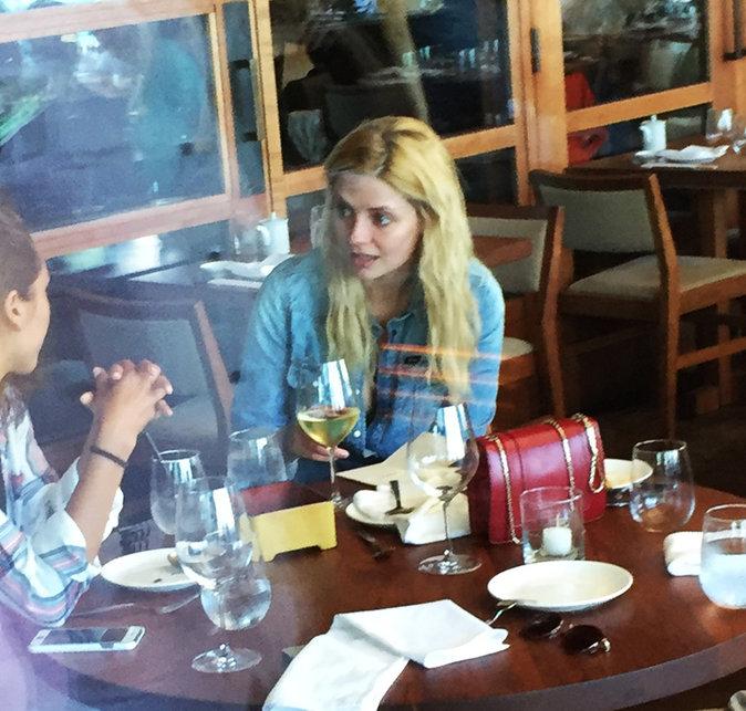 Mischa Barton au restaurant japonais avec des amis