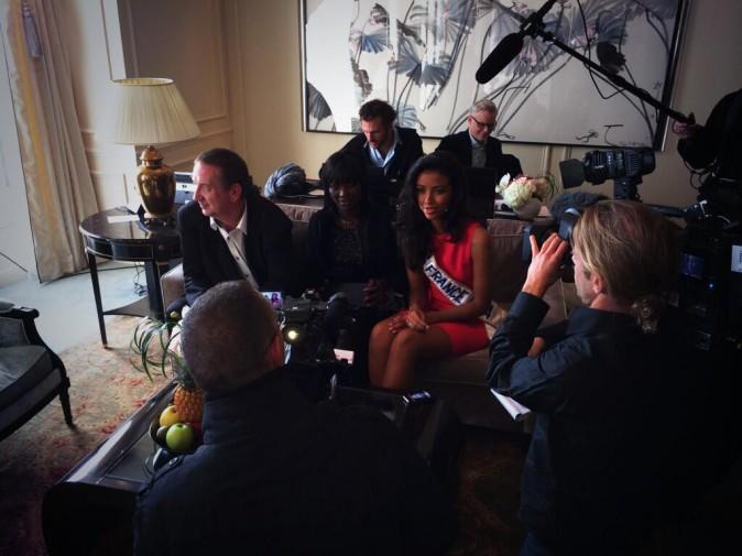 Séries d'interviews dans sa chambre d'hôtel aux côtés de ses parents !