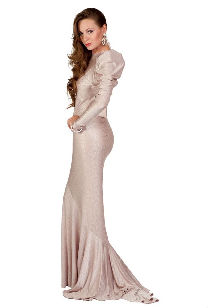 Miss Kazakhstan en robe de soirée