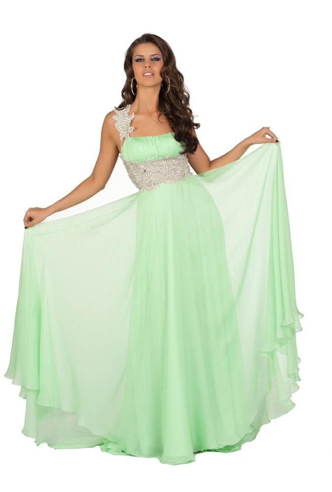 Miss Russie en robe de soirée