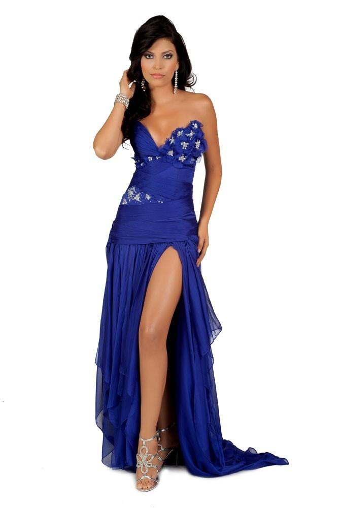 Miss Salvador en robe de soirée
