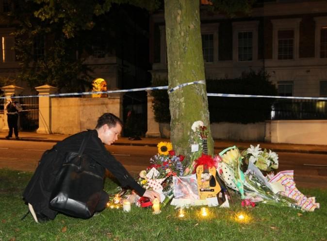 Des bougies, des photos, des messages pour lui rendre hommage ...