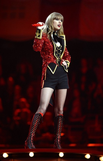 Taylor Swift sur la scène des MTV Europe Music Awards à Francfort, le 11 novembre 2012.