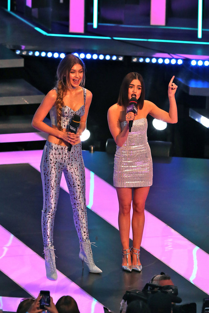Photos : Much Music Awards : Lucy Hale, Shay Mitchell et Ashley Benson, gambettes à l'air sur le red carpet !