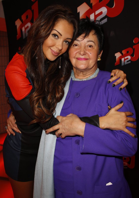 """Nabilla Benattia et grand-mère Livia lors de la conférence de presse de sa télé-réalité """"Allo Nabilla"""" à Paris, le 21 octobre 2013."""