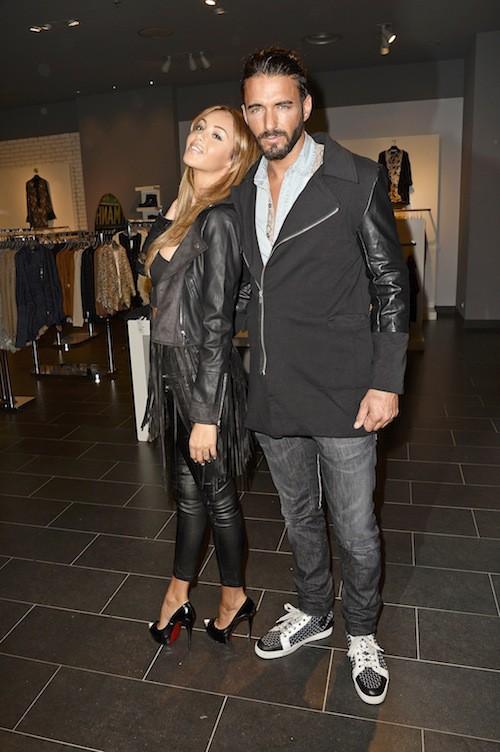 Photos : Nabilla et Thomas : accueillis en stars pour présenter leur collection de fringues !