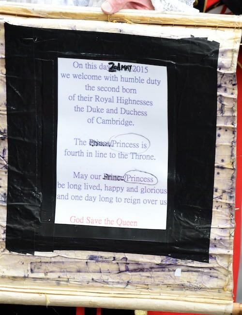 Un crieur annonce la naissance de la princesse devant l'hôpital St Mary