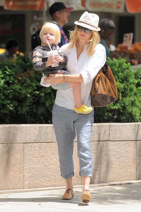 Naomi Watts : une maman complètement gaga et en manque de bisous !
