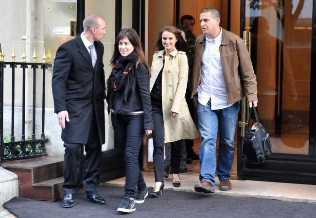 Natalie Portman sortant de son hôtel à Paris, le 4 avril 2012.