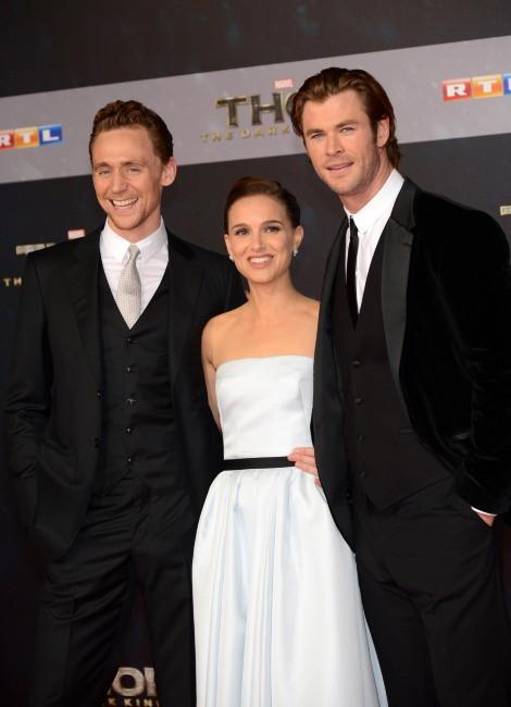 """Tom Hiddleston, Natalie Portman et Chris Hemsworth lors de la première du film """"Thor : Le Monde des ténèbres"""" à Berlin, le 27 octobre 2013."""