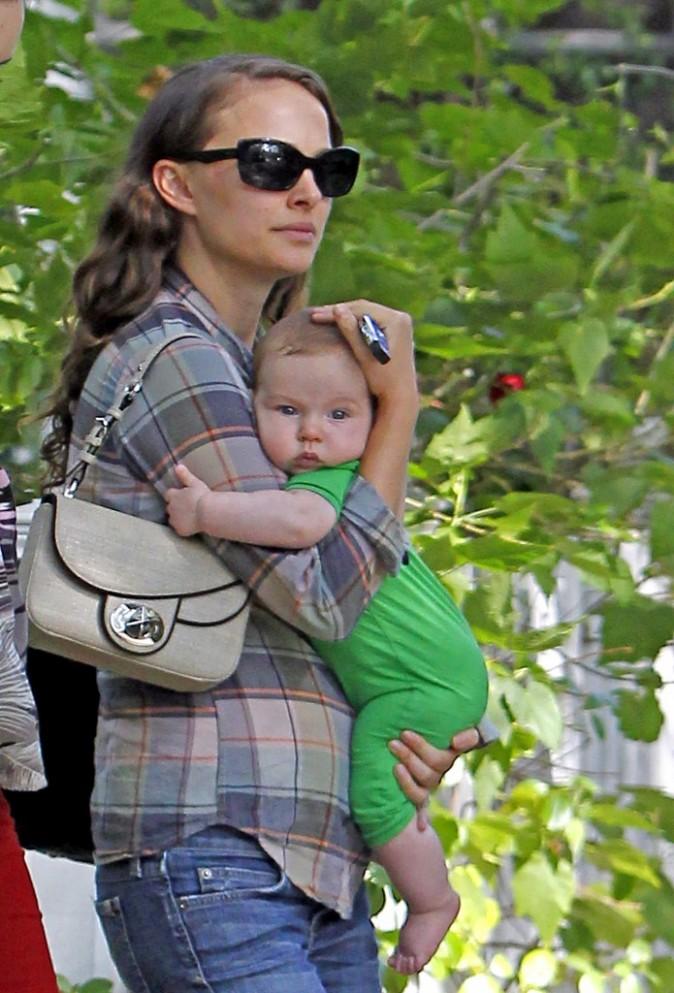 Natalie Portman et son fils Aleph à Hollywood, le 20 octobre 2011.
