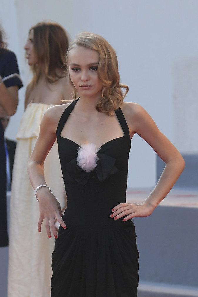 """Lily-Rose Depp en Chanel pour l'avant-première de """"Planetarium"""""""