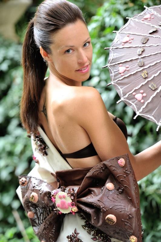 Natasha St-Pier en plein séance d'essayage pour le Salon du Chocolat 2012.