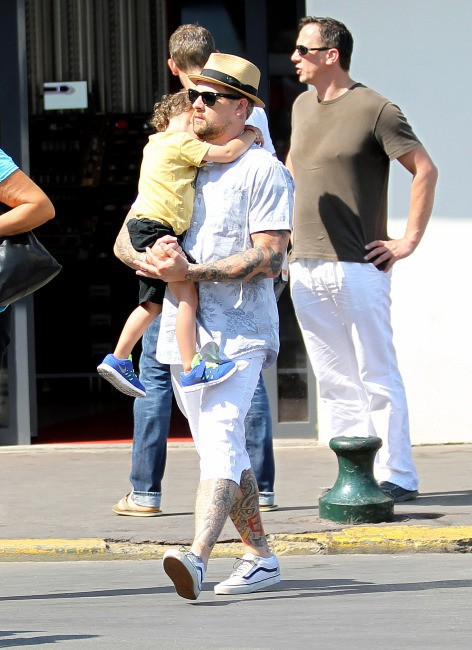Joel Madden en vacances en famille à St. Tropez, le 23 juillet 2013.