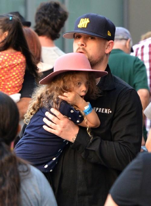 Richie Richie et Joel Madden avec Harlow et Sparrow à Los Angeles le 23 novembre 2012