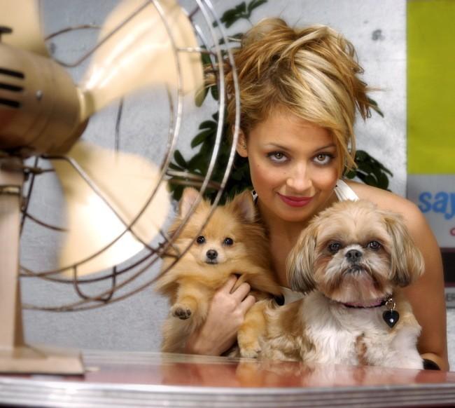 Nicole pose fièrement avec ses deux toutous