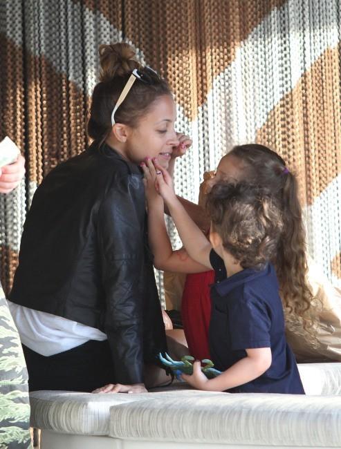 Nicole Richie en famille à Century City, le 16 avril 2013.