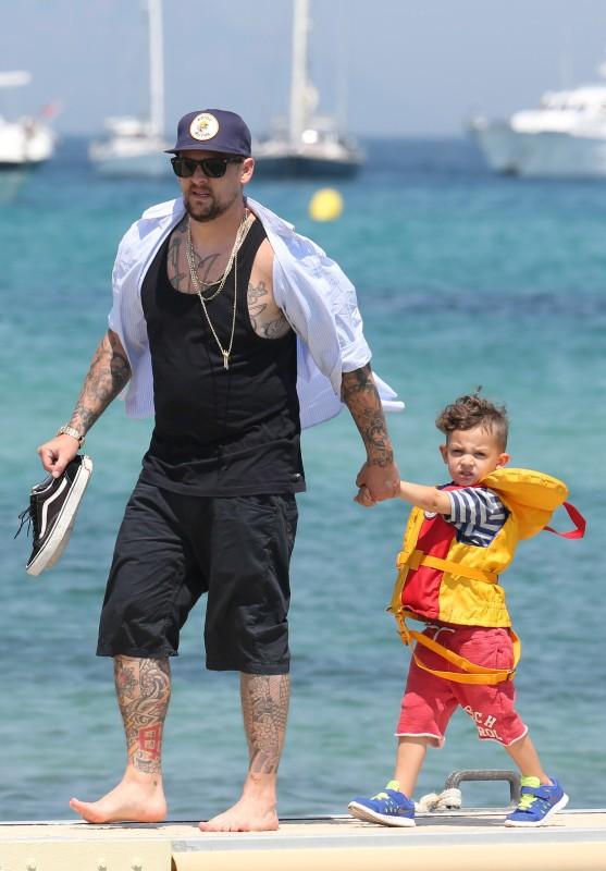 Joel Madden en famille à la plage à Saint-Tropez le 23 juillet