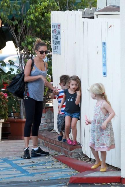 Nicole Richie et ses enfants à West Hollywood, le 1er octobre 2012.