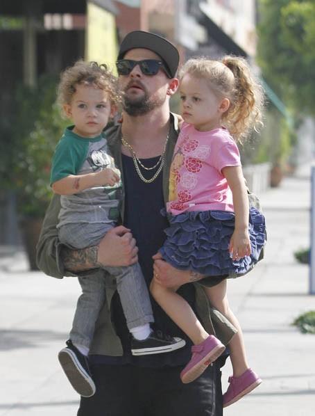 Joel Madden et ses enfants Sparrow et Harlow à Los Angeles, le 28 septembre 2011.