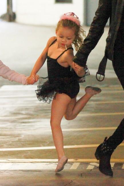 Harlow, la fille de Nicole Richie, à la sortie de son cours de danse à Los Angeles, le 15 novembre 2012.