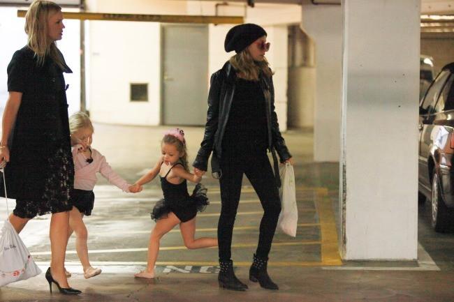 Nicole Richie et sa fille Harlow à Los Angeles, le 15 novembre 2012.