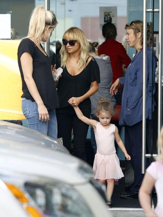 Nicole Richie et sa fille Harlow à Los Angeles, le 19 octobre 2011.