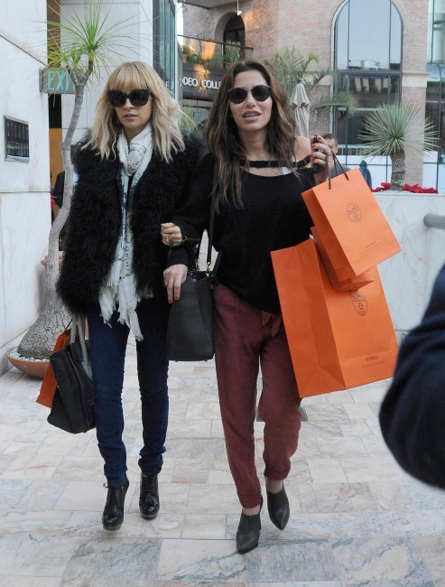 Nicole Richie et une amie en plein shopping à Beverly Hills, le 20 décembre 2011.