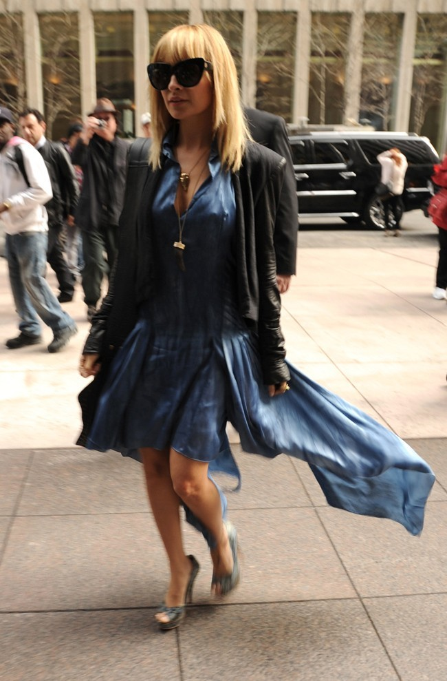 En robe bleue virevoltante pour une interview radio....